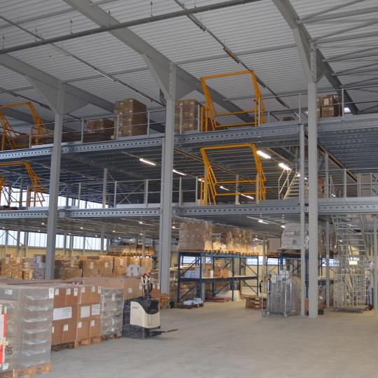 Driedubbele opslagruimte met Almaplatform magazijnvloeren